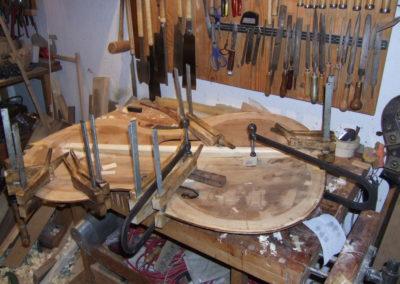 Kontrabassreparatur in der Werkstatt