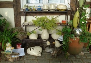 Töpferstand mit Keramik von Angelika Asmus-Budny in meinem Vorgarten