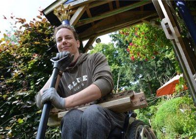 Ich mit einem Recycling-Krönchen vor meinem östlichen Gartentörchen. Foto: Hildegard Wekenborg-Placke