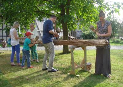Kreatives Bearbeiten eines historischen Eichenbalkens für unseren zukünftigen Versammlungsplatz