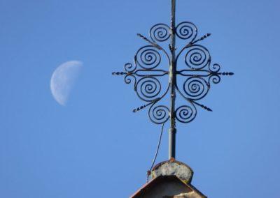 P1050176 Mond und Spiralen auf dem Kirchdach